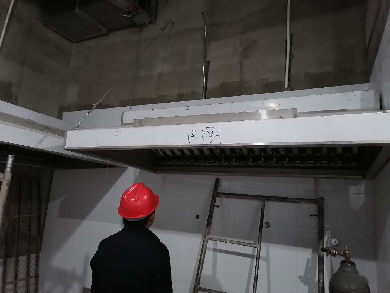 商用厨房设备---唐辰阁龙湖店厨房排烟系统安装中